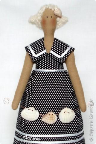Тильдами увлекаюсь около года. Но кукол стала не так давно шить. Толстушку давно хотела пошить, но не хватало отделочного материала, когда было все куплено, кукла шилась тяжело, три раза переделывала платье и уже хотела выкинуть, но все таки я ее дошила и результатом осталась довольна. Мои мучения того стоили. Высота 30 см, ткани тильдовские, ракушки настоящие и муж мне сделал в них дырочки, что бы можно было на проволоку одеть и подставку тоже его рук дело. За что ему спасибо! фото 2