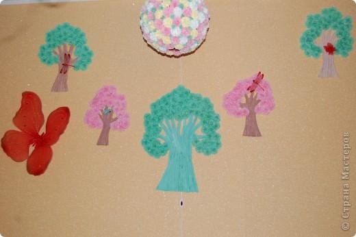 Продолжаю декор комнаты внученьки: добавила бабочку, это крылышки от новогоднего костюма, решила, что же они зря будут валяться, пусть украшают комнату, а в центре, дерево из двух рук, одна рука папина, другая мамина, это главная артерия, а по краям зелёные мои и розовые Сашеньки.