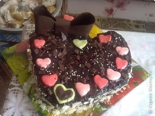 Сестренка дарит парню вот такие красивые тортики.