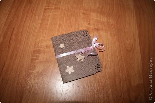 Еще открыточка из книги японских мастеров. Минуткой назвала, потому что делается быстро... как и предыдущие две. Для работы понадобятся, лист плотной бумаги, лист офисной бумаги, клей, наклеечки и ленточка для украшения. фото 1