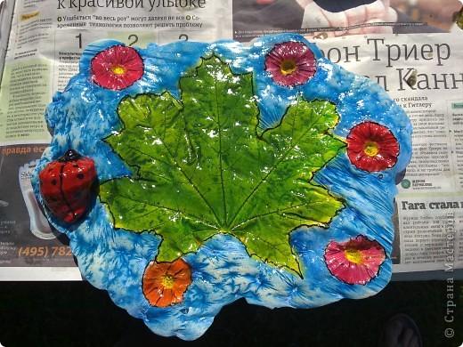 Вот такое получилось панно из отпечатка кленового листа и маргариток. Но так как одна маргаритка провалилась, пришлось на ее место посадить божью коровку, которая кстати сделана из ракушки.  фото 1