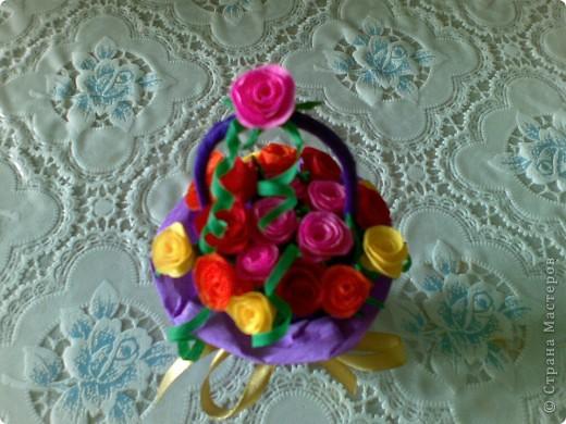Такую миниатюрную корзинку с 25 розами сделала к юбилею. фото 1