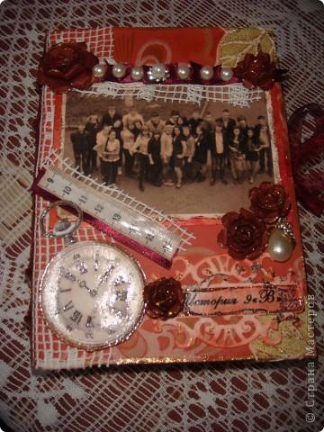 Это коробочка для фото в подарок классному руководителю сына - учителю истории. Она любит путешествовать с детьми ( один раз я тоже с ней побывала в поездке - туре Белоруссия-Польша-Чехия), любит их фотографировать и редактировать фото в фотошопе. Это ей для складывания ее ценных вещичек (размер коробки - подходящий, фото 10/15 как раз влезает. фото 1