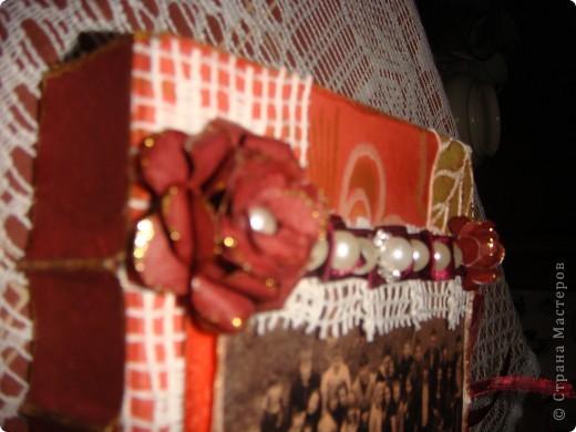 Это коробочка для фото в подарок классному руководителю сына - учителю истории. Она любит путешествовать с детьми ( один раз я тоже с ней побывала в поездке - туре Белоруссия-Польша-Чехия), любит их фотографировать и редактировать фото в фотошопе. Это ей для складывания ее ценных вещичек (размер коробки - подходящий, фото 10/15 как раз влезает. фото 3