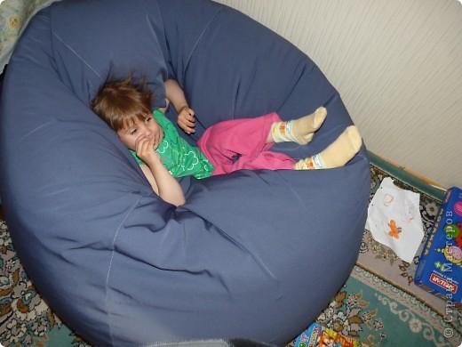 Вот такое кресло сшила для папы, а сидит доченька, очень нравится ей в яме лежать