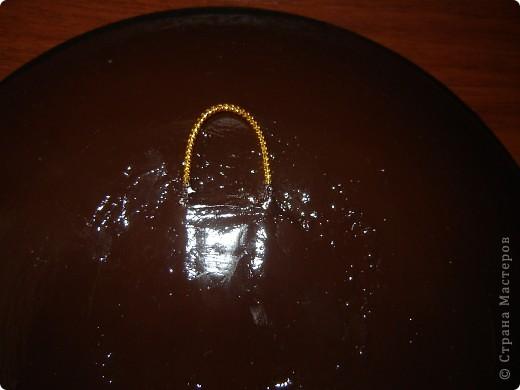 Такую петельку на обратной стороне тарелки мы будем делать. фото 1