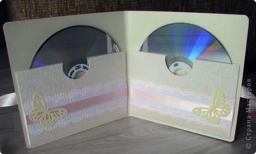 Всем доброго времени суток! Вот такой свадебный набор у меня получился. Давно хотела сделать конверт для дисков -все руки не доходили. Ну и очередной декор коробочки. фото 3