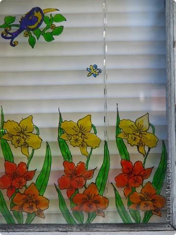 Продолжаю декорировать стекла на террасе в технике витраж. Работа далеко ещё не закончена, но очень уж хочется поделиться красотой (по моему мнению)! Это вид изнутри... фото 6