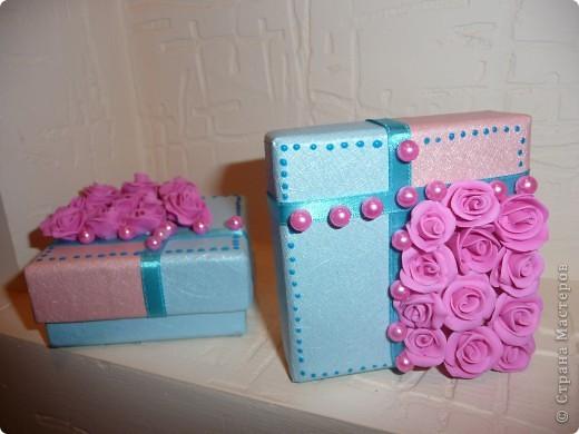 Свадебные бонбоньерки – это и мешочек, и оригинальный кулечек, сундучок, но чаще всего это коробочка, выполненная из плотной дизайнерской бумаги самых разных расцветок. фото 4