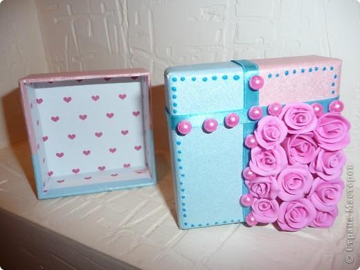 Свадебные бонбоньерки – это и мешочек, и оригинальный кулечек, сундучок, но чаще всего это коробочка, выполненная из плотной дизайнерской бумаги самых разных расцветок. фото 3