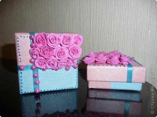 Свадебные бонбоньерки – это и мешочек, и оригинальный кулечек, сундучок, но чаще всего это коробочка, выполненная из плотной дизайнерской бумаги самых разных расцветок. фото 1