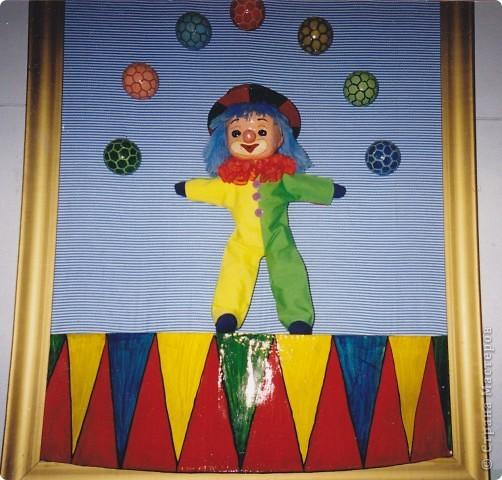 Клоун получился легко и быстро (хотя папье-маше быстрым не назовешь). Арена, шляпа-цилиндр и голова - это папье-маше. Туловище пошито. А мячики для жонглирования (догадались из чего?) это шарики из-под мороженого.