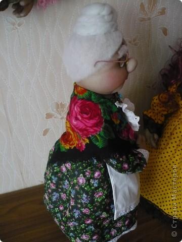 К дню соц.работника для местного приюта попросили сделать бабушку и притом срочно. А накануне я увидела бабушку Милу от Wirina и она мне так понравилась, что придумывать ничего не пришлось. В общем, идею украла, но хочу сказать огромное спасибо! Она всем  очень понравилась, хотя до оригинала ей далеко. фото 3