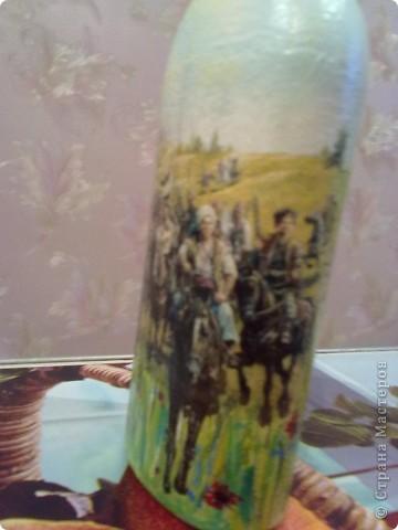 Эту бутылочку дарили свекру на Д/р.....он казак....подобрала картинку на эту тему....расположила посередине и встал вопрос,что дальше???как оформлять???....времени как всега бывает,оставалось в обрез так,что продолжила рисунок-трава,ноги лошади и полностью задний план... фото 2