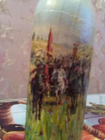 Эту бутылочку дарили свекру на Д/р.....он казак....подобрала картинку на эту тему....расположила посередине и встал вопрос,что дальше???как оформлять???....времени как всега бывает,оставалось в обрез так,что продолжила рисунок-трава,ноги лошади и полностью задний план... фото 6