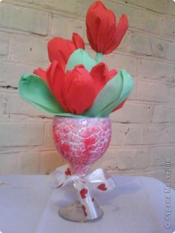 Букетики в подарок подругам. Тюльпаны из гофрированной бумаги. Бокалы - яичная скорлупа (очень понравилась эта техника), краски акриловые, лак. фото 3