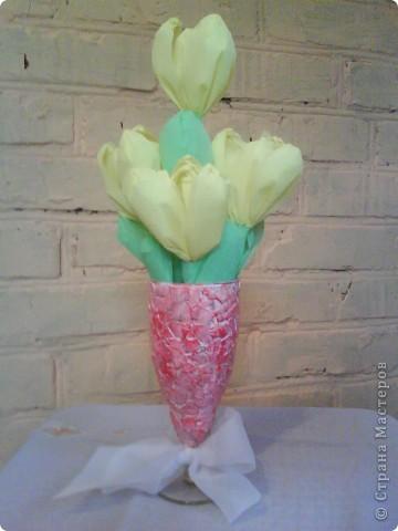 Букетики в подарок подругам. Тюльпаны из гофрированной бумаги. Бокалы - яичная скорлупа (очень понравилась эта техника), краски акриловые, лак. фото 2