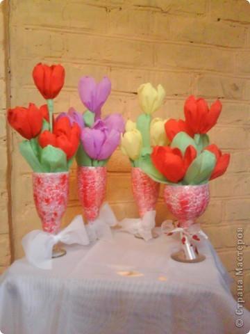 Букетики в подарок подругам. Тюльпаны из гофрированной бумаги. Бокалы - яичная скорлупа (очень понравилась эта техника), краски акриловые, лак. фото 1