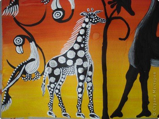 Сегодня вспомнила своё давнее увлечение стилем Тинга Тинга.Хочу увлечь и вас.  Живопись тингатинга появилась в Танзании 60-х годах ХХ века, название получила по имени основателя направления – Эдуардо Саиди Тингатинга.Первые картины рисовались на картоне, а прежде всего – на стенах домов.Изначально все работы были размером примерно 60х60 см, что привело к тому, что в некоторых источниках тингатинга именуется «квадратная живопись».  Несмотря на то, что это искусство постоянно развивается и приобретает новые сюжеты, выделяются некие общие черты:  1.как правило, одноцветный фон с небольшим количеством оттенков;  2.основной мотив наносится с помощью простых и четких линий и, как правило, занимает почти весь фон;  3.отсутствие перспективы;  4.размашистость и зачастую повторяющийся рисунок линий придает изображению характер живого экспрессивного орнамента. фото 10