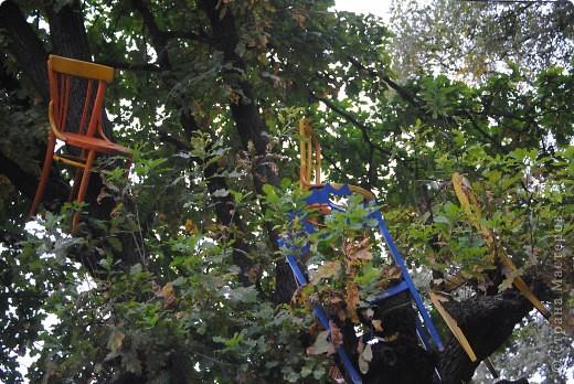 дело трехлетней давности, но вот решила похвастаться. поставили на даче новый забор. в память о старом, из низкого штакетника, выкрашенного в наглый голубой цвет, который лихо противостоял соседским зелено-коричневым крепостям, выкрасили забор в сине-голубую полоску. торцы досок и верхние скосы - ярко желтые. поглядели, порадовались. хорошо, но мало. берем краску, фанеру, лобзик и мужа :) сажаем на забор кошек фото 8