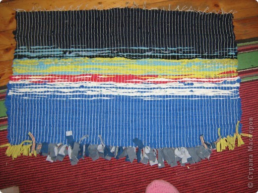 Мой пробный коврик, который я хотела соткать для собаки (когда есть вытаскивает на коврик). Но стало жалко свой труд, и теперь он лежит у моих ног. фото 1