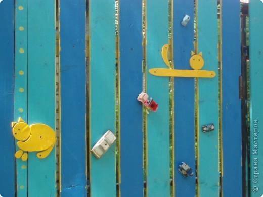 дело трехлетней давности, но вот решила похвастаться. поставили на даче новый забор. в память о старом, из низкого штакетника, выкрашенного в наглый голубой цвет, который лихо противостоял соседским зелено-коричневым крепостям, выкрасили забор в сине-голубую полоску. торцы досок и верхние скосы - ярко желтые. поглядели, порадовались. хорошо, но мало. берем краску, фанеру, лобзик и мужа :) сажаем на забор кошек фото 3