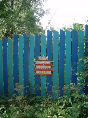 дело трехлетней давности, но вот решила похвастаться. поставили на даче новый забор. в память о старом, из низкого штакетника, выкрашенного в наглый голубой цвет, который лихо противостоял соседским зелено-коричневым крепостям, выкрасили забор в сине-голубую полоску. торцы досок и верхние скосы - ярко желтые. поглядели, порадовались. хорошо, но мало. берем краску, фанеру, лобзик и мужа :) сажаем на забор кошек фото 7