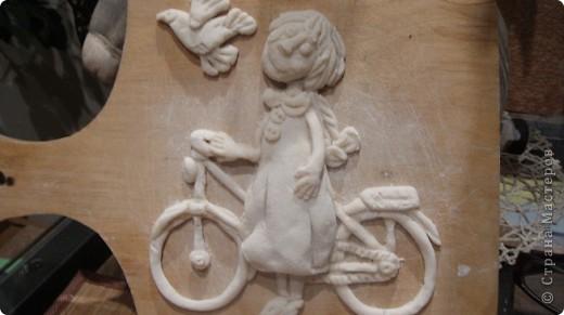 Девочка и велосипед. Вот такое панно я слепила в подарок моей лучшей подруге. Те кто заглядывает ко мне, знает, что ей были подарены и рюмочки в розочках. Почему именно такой сюжет, да потому, что моя подруга любит, как и я кататься на велике. фото 2