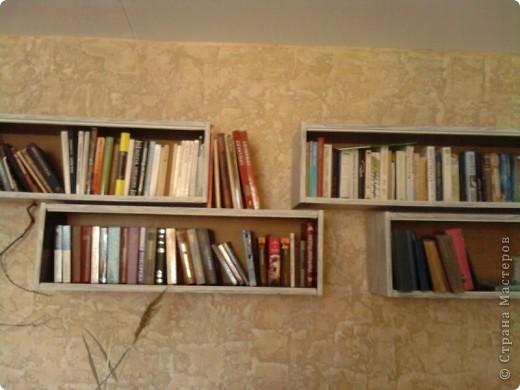 Наступило лето  и захотелось каких-то обновлений в интерьере. Одна стенка в моей комнате была отделана декоративной штукатуркой. Цвет мне несколько поднадоел и я решила ее перекрасить. Но книжные полки на этой стене выглядели как-то  уж очень уныло:темно-коричневые  советские стандартные полки(вот они ,на этой фотографии,правда на другой стене,с обоями). И я недолго думая решила тоже их подновить .   фото 2
