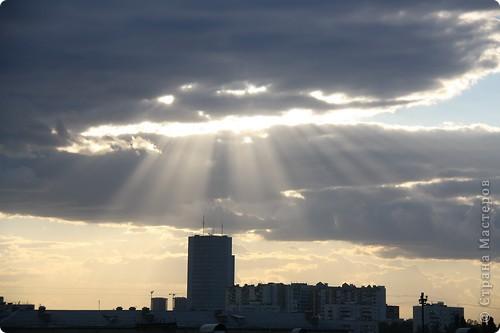 """Здравствуйте! С праздником Вас! .............................................................. Я очень люблю смотреть на небо, люблю его фотографировать, разглядывать облака, наблюдать за пролетающими птицами, самолётами... так хочется иногда лечь на траву и смотреть, смотреть... увы, до дачи из-за экзаменов ещё долго, на море в этом году не получается поехать, ехать в парк на велосипеде к озеру - далековато, да и по жаре ездить как-то не очень хочется. Остаётся пока что одно - смотреть в окно... В этом тоже есть свои плюсы, можно по фотографировать не с земли, а с высоты 8 этажа:))) Потом можно сравнивать времена года: двор летом, двор осенью и т.д., двор днём, вечером, двор в пасмурную и солнечную погоду..С балкона иногда такой закат бывает...   Так вот, мне очень захотелось поделиться своей маленькой """"коллекцией"""" фотографий неба и видов из окна. Далее идут четыре самых запомнившихся в этом году заката. Первый:  фото 25"""