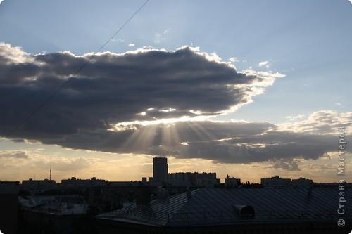 """Здравствуйте! С праздником Вас! .............................................................. Я очень люблю смотреть на небо, люблю его фотографировать, разглядывать облака, наблюдать за пролетающими птицами, самолётами... так хочется иногда лечь на траву и смотреть, смотреть... увы, до дачи из-за экзаменов ещё долго, на море в этом году не получается поехать, ехать в парк на велосипеде к озеру - далековато, да и по жаре ездить как-то не очень хочется. Остаётся пока что одно - смотреть в окно... В этом тоже есть свои плюсы, можно по фотографировать не с земли, а с высоты 8 этажа:))) Потом можно сравнивать времена года: двор летом, двор осенью и т.д., двор днём, вечером, двор в пасмурную и солнечную погоду..С балкона иногда такой закат бывает...   Так вот, мне очень захотелось поделиться своей маленькой """"коллекцией"""" фотографий неба и видов из окна. Далее идут четыре самых запомнившихся в этом году заката. Первый:  фото 26"""