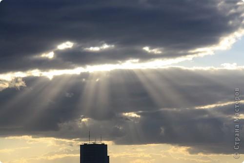 """Здравствуйте! С праздником Вас! .............................................................. Я очень люблю смотреть на небо, люблю его фотографировать, разглядывать облака, наблюдать за пролетающими птицами, самолётами... так хочется иногда лечь на траву и смотреть, смотреть... увы, до дачи из-за экзаменов ещё долго, на море в этом году не получается поехать, ехать в парк на велосипеде к озеру - далековато, да и по жаре ездить как-то не очень хочется. Остаётся пока что одно - смотреть в окно... В этом тоже есть свои плюсы, можно по фотографировать не с земли, а с высоты 8 этажа:))) Потом можно сравнивать времена года: двор летом, двор осенью и т.д., двор днём, вечером, двор в пасмурную и солнечную погоду..С балкона иногда такой закат бывает...   Так вот, мне очень захотелось поделиться своей маленькой """"коллекцией"""" фотографий неба и видов из окна. Далее идут четыре самых запомнившихся в этом году заката. Первый:  фото 27"""