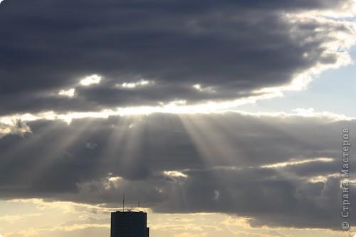 """Здравствуйте! С праздником Вас! .............................................................. Я очень люблю смотреть на небо, люблю его фотографировать, разглядывать облака, наблюдать за пролетающими птицами, самолётами... так хочется иногда лечь на траву и смотреть, смотреть... увы, до дачи из-за экзаменов ещё долго, на море в этом году не получается поехать, ехать в парк на велосипеде к озеру - далековато, да и по жаре ездить как-то не очень хочется. Остаётся пока что одно - смотреть в окно... В этом тоже есть свои плюсы, можно по фотографировать не с земли, а с высоты 8 этажа:))) Потом можно сравнивать времена года: двор летом, двор осенью и т.д., двор днём, вечером, двор в пасмурную и солнечную погоду..С балкона иногда такой закат бывает...   Так вот, мне очень захотелось поделиться своей маленькой """"коллекцией"""" фотографий неба и видов из окна. Далее идут четыре самых запомнившихся в этом году заката. Первый:  фото 28"""