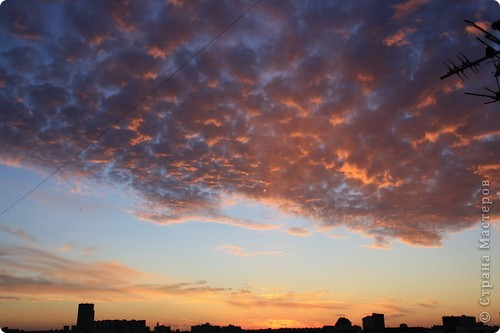 """Здравствуйте! С праздником Вас! .............................................................. Я очень люблю смотреть на небо, люблю его фотографировать, разглядывать облака, наблюдать за пролетающими птицами, самолётами... так хочется иногда лечь на траву и смотреть, смотреть... увы, до дачи из-за экзаменов ещё долго, на море в этом году не получается поехать, ехать в парк на велосипеде к озеру - далековато, да и по жаре ездить как-то не очень хочется. Остаётся пока что одно - смотреть в окно... В этом тоже есть свои плюсы, можно по фотографировать не с земли, а с высоты 8 этажа:))) Потом можно сравнивать времена года: двор летом, двор осенью и т.д., двор днём, вечером, двор в пасмурную и солнечную погоду..С балкона иногда такой закат бывает...   Так вот, мне очень захотелось поделиться своей маленькой """"коллекцией"""" фотографий неба и видов из окна. Далее идут четыре самых запомнившихся в этом году заката. Первый:  фото 1"""