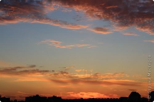 """Здравствуйте! С праздником Вас! .............................................................. Я очень люблю смотреть на небо, люблю его фотографировать, разглядывать облака, наблюдать за пролетающими птицами, самолётами... так хочется иногда лечь на траву и смотреть, смотреть... увы, до дачи из-за экзаменов ещё долго, на море в этом году не получается поехать, ехать в парк на велосипеде к озеру - далековато, да и по жаре ездить как-то не очень хочется. Остаётся пока что одно - смотреть в окно... В этом тоже есть свои плюсы, можно по фотографировать не с земли, а с высоты 8 этажа:))) Потом можно сравнивать времена года: двор летом, двор осенью и т.д., двор днём, вечером, двор в пасмурную и солнечную погоду..С балкона иногда такой закат бывает...   Так вот, мне очень захотелось поделиться своей маленькой """"коллекцией"""" фотографий неба и видов из окна. Далее идут четыре самых запомнившихся в этом году заката. Первый:  фото 2"""