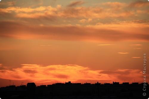 """Здравствуйте! С праздником Вас! .............................................................. Я очень люблю смотреть на небо, люблю его фотографировать, разглядывать облака, наблюдать за пролетающими птицами, самолётами... так хочется иногда лечь на траву и смотреть, смотреть... увы, до дачи из-за экзаменов ещё долго, на море в этом году не получается поехать, ехать в парк на велосипеде к озеру - далековато, да и по жаре ездить как-то не очень хочется. Остаётся пока что одно - смотреть в окно... В этом тоже есть свои плюсы, можно по фотографировать не с земли, а с высоты 8 этажа:))) Потом можно сравнивать времена года: двор летом, двор осенью и т.д., двор днём, вечером, двор в пасмурную и солнечную погоду..С балкона иногда такой закат бывает...   Так вот, мне очень захотелось поделиться своей маленькой """"коллекцией"""" фотографий неба и видов из окна. Далее идут четыре самых запомнившихся в этом году заката. Первый:  фото 7"""