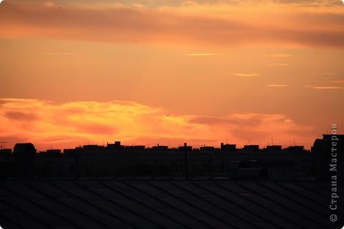 """Здравствуйте! С праздником Вас! .............................................................. Я очень люблю смотреть на небо, люблю его фотографировать, разглядывать облака, наблюдать за пролетающими птицами, самолётами... так хочется иногда лечь на траву и смотреть, смотреть... увы, до дачи из-за экзаменов ещё долго, на море в этом году не получается поехать, ехать в парк на велосипеде к озеру - далековато, да и по жаре ездить как-то не очень хочется. Остаётся пока что одно - смотреть в окно... В этом тоже есть свои плюсы, можно по фотографировать не с земли, а с высоты 8 этажа:))) Потом можно сравнивать времена года: двор летом, двор осенью и т.д., двор днём, вечером, двор в пасмурную и солнечную погоду..С балкона иногда такой закат бывает...   Так вот, мне очень захотелось поделиться своей маленькой """"коллекцией"""" фотографий неба и видов из окна. Далее идут четыре самых запомнившихся в этом году заката. Первый:  фото 8"""