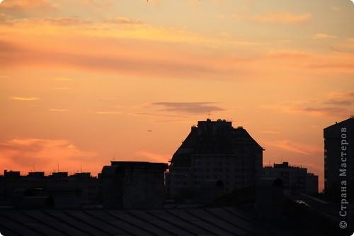 """Здравствуйте! С праздником Вас! .............................................................. Я очень люблю смотреть на небо, люблю его фотографировать, разглядывать облака, наблюдать за пролетающими птицами, самолётами... так хочется иногда лечь на траву и смотреть, смотреть... увы, до дачи из-за экзаменов ещё долго, на море в этом году не получается поехать, ехать в парк на велосипеде к озеру - далековато, да и по жаре ездить как-то не очень хочется. Остаётся пока что одно - смотреть в окно... В этом тоже есть свои плюсы, можно по фотографировать не с земли, а с высоты 8 этажа:))) Потом можно сравнивать времена года: двор летом, двор осенью и т.д., двор днём, вечером, двор в пасмурную и солнечную погоду..С балкона иногда такой закат бывает...   Так вот, мне очень захотелось поделиться своей маленькой """"коллекцией"""" фотографий неба и видов из окна. Далее идут четыре самых запомнившихся в этом году заката. Первый:  фото 9"""
