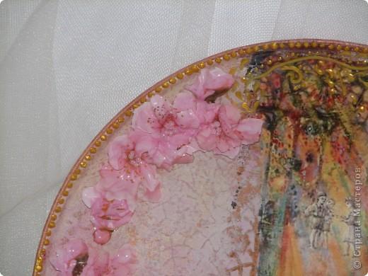 Саму тарелку я уже показывала, но вернули мне ее с выставки со сломаными цветами (они были самозатв. глины) поэтому теперь она в новых цветочках! мне кажется так даже лучше! фото 3