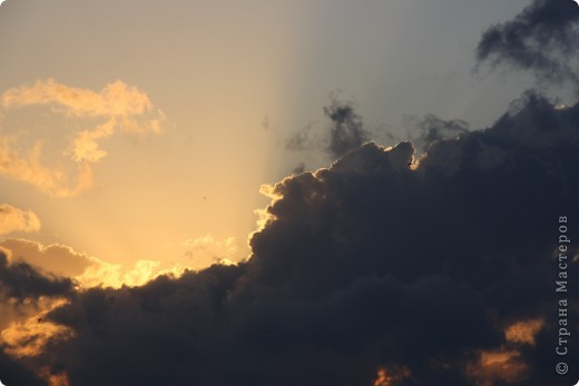 """Здравствуйте! С праздником Вас! .............................................................. Я очень люблю смотреть на небо, люблю его фотографировать, разглядывать облака, наблюдать за пролетающими птицами, самолётами... так хочется иногда лечь на траву и смотреть, смотреть... увы, до дачи из-за экзаменов ещё долго, на море в этом году не получается поехать, ехать в парк на велосипеде к озеру - далековато, да и по жаре ездить как-то не очень хочется. Остаётся пока что одно - смотреть в окно... В этом тоже есть свои плюсы, можно по фотографировать не с земли, а с высоты 8 этажа:))) Потом можно сравнивать времена года: двор летом, двор осенью и т.д., двор днём, вечером, двор в пасмурную и солнечную погоду..С балкона иногда такой закат бывает...   Так вот, мне очень захотелось поделиться своей маленькой """"коллекцией"""" фотографий неба и видов из окна. Далее идут четыре самых запомнившихся в этом году заката. Первый:  фото 10"""