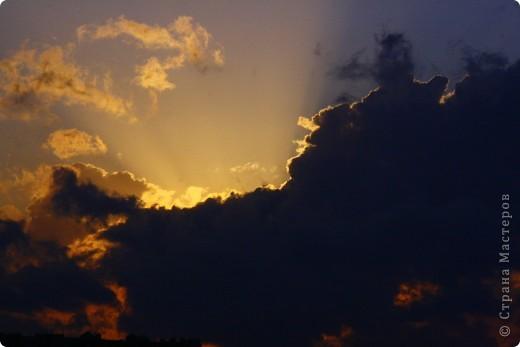 """Здравствуйте! С праздником Вас! .............................................................. Я очень люблю смотреть на небо, люблю его фотографировать, разглядывать облака, наблюдать за пролетающими птицами, самолётами... так хочется иногда лечь на траву и смотреть, смотреть... увы, до дачи из-за экзаменов ещё долго, на море в этом году не получается поехать, ехать в парк на велосипеде к озеру - далековато, да и по жаре ездить как-то не очень хочется. Остаётся пока что одно - смотреть в окно... В этом тоже есть свои плюсы, можно по фотографировать не с земли, а с высоты 8 этажа:))) Потом можно сравнивать времена года: двор летом, двор осенью и т.д., двор днём, вечером, двор в пасмурную и солнечную погоду..С балкона иногда такой закат бывает...   Так вот, мне очень захотелось поделиться своей маленькой """"коллекцией"""" фотографий неба и видов из окна. Далее идут четыре самых запомнившихся в этом году заката. Первый:  фото 11"""