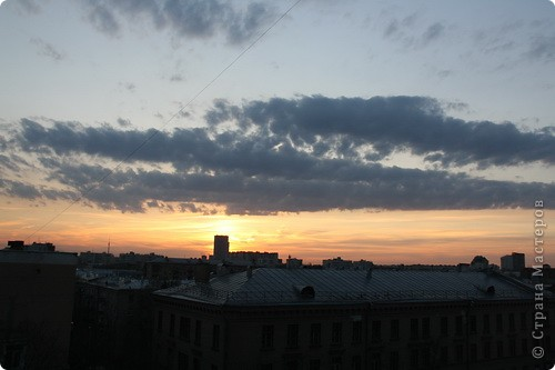 """Здравствуйте! С праздником Вас! .............................................................. Я очень люблю смотреть на небо, люблю его фотографировать, разглядывать облака, наблюдать за пролетающими птицами, самолётами... так хочется иногда лечь на траву и смотреть, смотреть... увы, до дачи из-за экзаменов ещё долго, на море в этом году не получается поехать, ехать в парк на велосипеде к озеру - далековато, да и по жаре ездить как-то не очень хочется. Остаётся пока что одно - смотреть в окно... В этом тоже есть свои плюсы, можно по фотографировать не с земли, а с высоты 8 этажа:))) Потом можно сравнивать времена года: двор летом, двор осенью и т.д., двор днём, вечером, двор в пасмурную и солнечную погоду..С балкона иногда такой закат бывает...   Так вот, мне очень захотелось поделиться своей маленькой """"коллекцией"""" фотографий неба и видов из окна. Далее идут четыре самых запомнившихся в этом году заката. Первый:  фото 13"""