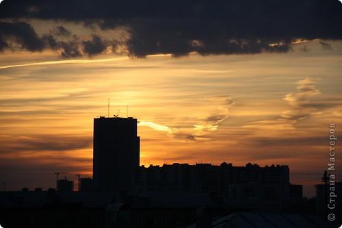 """Здравствуйте! С праздником Вас! .............................................................. Я очень люблю смотреть на небо, люблю его фотографировать, разглядывать облака, наблюдать за пролетающими птицами, самолётами... так хочется иногда лечь на траву и смотреть, смотреть... увы, до дачи из-за экзаменов ещё долго, на море в этом году не получается поехать, ехать в парк на велосипеде к озеру - далековато, да и по жаре ездить как-то не очень хочется. Остаётся пока что одно - смотреть в окно... В этом тоже есть свои плюсы, можно по фотографировать не с земли, а с высоты 8 этажа:))) Потом можно сравнивать времена года: двор летом, двор осенью и т.д., двор днём, вечером, двор в пасмурную и солнечную погоду..С балкона иногда такой закат бывает...   Так вот, мне очень захотелось поделиться своей маленькой """"коллекцией"""" фотографий неба и видов из окна. Далее идут четыре самых запомнившихся в этом году заката. Первый:  фото 14"""