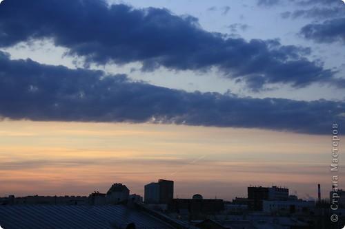 """Здравствуйте! С праздником Вас! .............................................................. Я очень люблю смотреть на небо, люблю его фотографировать, разглядывать облака, наблюдать за пролетающими птицами, самолётами... так хочется иногда лечь на траву и смотреть, смотреть... увы, до дачи из-за экзаменов ещё долго, на море в этом году не получается поехать, ехать в парк на велосипеде к озеру - далековато, да и по жаре ездить как-то не очень хочется. Остаётся пока что одно - смотреть в окно... В этом тоже есть свои плюсы, можно по фотографировать не с земли, а с высоты 8 этажа:))) Потом можно сравнивать времена года: двор летом, двор осенью и т.д., двор днём, вечером, двор в пасмурную и солнечную погоду..С балкона иногда такой закат бывает...   Так вот, мне очень захотелось поделиться своей маленькой """"коллекцией"""" фотографий неба и видов из окна. Далее идут четыре самых запомнившихся в этом году заката. Первый:  фото 15"""