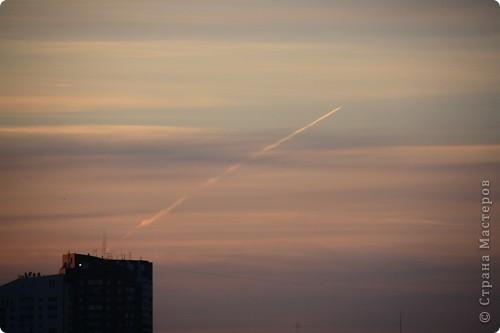 """Здравствуйте! С праздником Вас! .............................................................. Я очень люблю смотреть на небо, люблю его фотографировать, разглядывать облака, наблюдать за пролетающими птицами, самолётами... так хочется иногда лечь на траву и смотреть, смотреть... увы, до дачи из-за экзаменов ещё долго, на море в этом году не получается поехать, ехать в парк на велосипеде к озеру - далековато, да и по жаре ездить как-то не очень хочется. Остаётся пока что одно - смотреть в окно... В этом тоже есть свои плюсы, можно по фотографировать не с земли, а с высоты 8 этажа:))) Потом можно сравнивать времена года: двор летом, двор осенью и т.д., двор днём, вечером, двор в пасмурную и солнечную погоду..С балкона иногда такой закат бывает...   Так вот, мне очень захотелось поделиться своей маленькой """"коллекцией"""" фотографий неба и видов из окна. Далее идут четыре самых запомнившихся в этом году заката. Первый:  фото 20"""