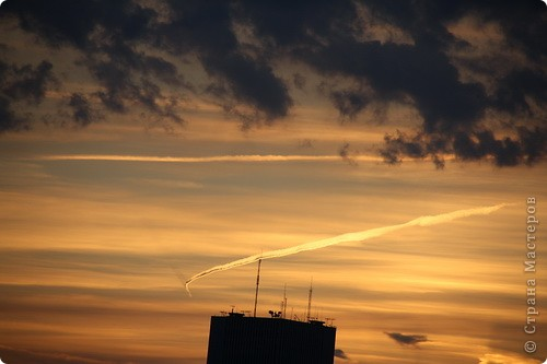 """Здравствуйте! С праздником Вас! .............................................................. Я очень люблю смотреть на небо, люблю его фотографировать, разглядывать облака, наблюдать за пролетающими птицами, самолётами... так хочется иногда лечь на траву и смотреть, смотреть... увы, до дачи из-за экзаменов ещё долго, на море в этом году не получается поехать, ехать в парк на велосипеде к озеру - далековато, да и по жаре ездить как-то не очень хочется. Остаётся пока что одно - смотреть в окно... В этом тоже есть свои плюсы, можно по фотографировать не с земли, а с высоты 8 этажа:))) Потом можно сравнивать времена года: двор летом, двор осенью и т.д., двор днём, вечером, двор в пасмурную и солнечную погоду..С балкона иногда такой закат бывает...   Так вот, мне очень захотелось поделиться своей маленькой """"коллекцией"""" фотографий неба и видов из окна. Далее идут четыре самых запомнившихся в этом году заката. Первый:  фото 18"""