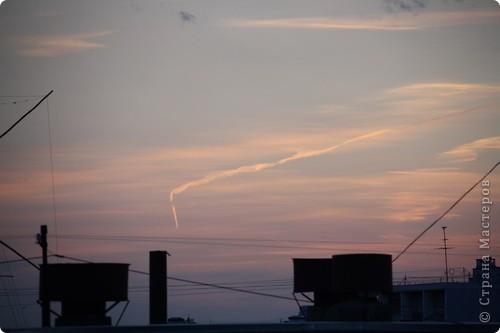 """Здравствуйте! С праздником Вас! .............................................................. Я очень люблю смотреть на небо, люблю его фотографировать, разглядывать облака, наблюдать за пролетающими птицами, самолётами... так хочется иногда лечь на траву и смотреть, смотреть... увы, до дачи из-за экзаменов ещё долго, на море в этом году не получается поехать, ехать в парк на велосипеде к озеру - далековато, да и по жаре ездить как-то не очень хочется. Остаётся пока что одно - смотреть в окно... В этом тоже есть свои плюсы, можно по фотографировать не с земли, а с высоты 8 этажа:))) Потом можно сравнивать времена года: двор летом, двор осенью и т.д., двор днём, вечером, двор в пасмурную и солнечную погоду..С балкона иногда такой закат бывает...   Так вот, мне очень захотелось поделиться своей маленькой """"коллекцией"""" фотографий неба и видов из окна. Далее идут четыре самых запомнившихся в этом году заката. Первый:  фото 19"""