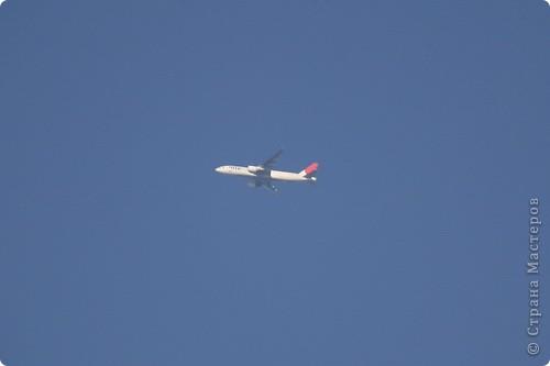 """Здравствуйте! С праздником Вас! .............................................................. Я очень люблю смотреть на небо, люблю его фотографировать, разглядывать облака, наблюдать за пролетающими птицами, самолётами... так хочется иногда лечь на траву и смотреть, смотреть... увы, до дачи из-за экзаменов ещё долго, на море в этом году не получается поехать, ехать в парк на велосипеде к озеру - далековато, да и по жаре ездить как-то не очень хочется. Остаётся пока что одно - смотреть в окно... В этом тоже есть свои плюсы, можно по фотографировать не с земли, а с высоты 8 этажа:))) Потом можно сравнивать времена года: двор летом, двор осенью и т.д., двор днём, вечером, двор в пасмурную и солнечную погоду..С балкона иногда такой закат бывает...   Так вот, мне очень захотелось поделиться своей маленькой """"коллекцией"""" фотографий неба и видов из окна. Далее идут четыре самых запомнившихся в этом году заката. Первый:  фото 51"""