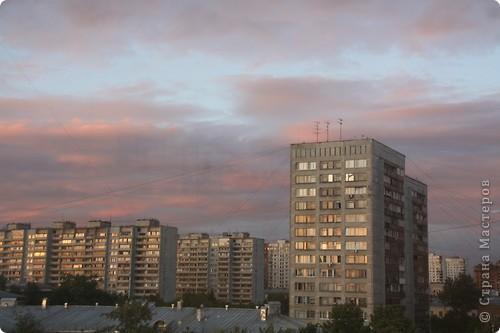 """Здравствуйте! С праздником Вас! .............................................................. Я очень люблю смотреть на небо, люблю его фотографировать, разглядывать облака, наблюдать за пролетающими птицами, самолётами... так хочется иногда лечь на траву и смотреть, смотреть... увы, до дачи из-за экзаменов ещё долго, на море в этом году не получается поехать, ехать в парк на велосипеде к озеру - далековато, да и по жаре ездить как-то не очень хочется. Остаётся пока что одно - смотреть в окно... В этом тоже есть свои плюсы, можно по фотографировать не с земли, а с высоты 8 этажа:))) Потом можно сравнивать времена года: двор летом, двор осенью и т.д., двор днём, вечером, двор в пасмурную и солнечную погоду..С балкона иногда такой закат бывает...   Так вот, мне очень захотелось поделиться своей маленькой """"коллекцией"""" фотографий неба и видов из окна. Далее идут четыре самых запомнившихся в этом году заката. Первый:  фото 44"""
