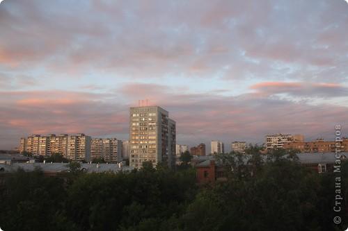 """Здравствуйте! С праздником Вас! .............................................................. Я очень люблю смотреть на небо, люблю его фотографировать, разглядывать облака, наблюдать за пролетающими птицами, самолётами... так хочется иногда лечь на траву и смотреть, смотреть... увы, до дачи из-за экзаменов ещё долго, на море в этом году не получается поехать, ехать в парк на велосипеде к озеру - далековато, да и по жаре ездить как-то не очень хочется. Остаётся пока что одно - смотреть в окно... В этом тоже есть свои плюсы, можно по фотографировать не с земли, а с высоты 8 этажа:))) Потом можно сравнивать времена года: двор летом, двор осенью и т.д., двор днём, вечером, двор в пасмурную и солнечную погоду..С балкона иногда такой закат бывает...   Так вот, мне очень захотелось поделиться своей маленькой """"коллекцией"""" фотографий неба и видов из окна. Далее идут четыре самых запомнившихся в этом году заката. Первый:  фото 45"""